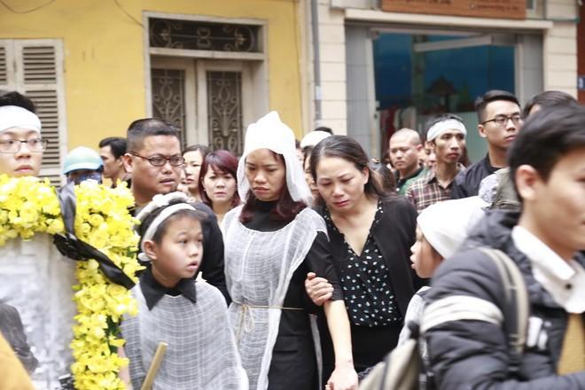 Hình ảnh người thân và bạn bè đưa Trần Lập ghé qua nhà trước khi chôn cất ảnh 5