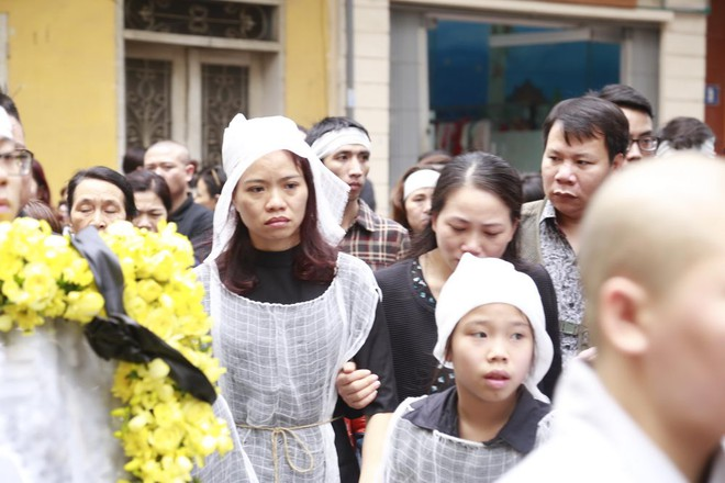 Hình ảnh người thân và bạn bè đưa Trần Lập ghé qua nhà trước khi chôn cất ảnh 6