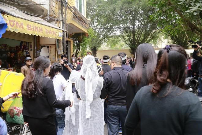 Hình ảnh người thân và bạn bè đưa Trần Lập ghé qua nhà trước khi chôn cất ảnh 12
