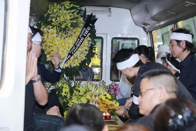 Hình ảnh người thân và bạn bè đưa Trần Lập ghé qua nhà trước khi chôn cất ảnh 1