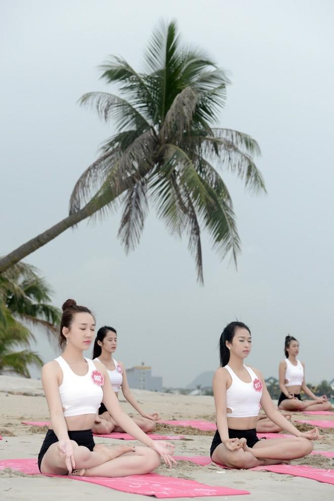 """Thí sinh """"Hoa hậu Biển"""" tập Yoga để giải tỏa """"stress"""""""