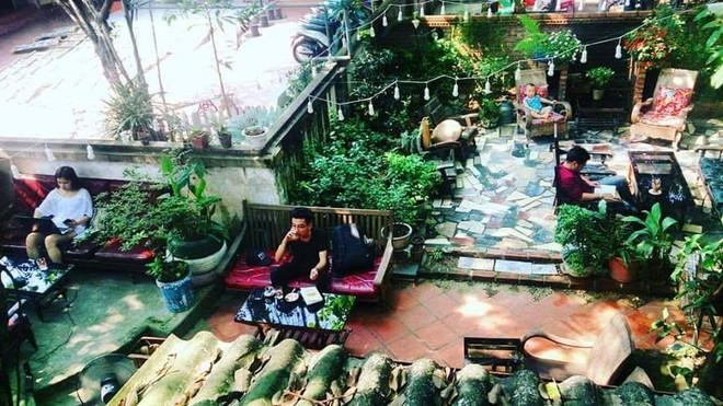 The Booklink Cafe (thị Trấn Trâu Quỳ, Gia Lâm, Hà Nội) có không gian đọc sách ngoài trời rất thoáng đãng...