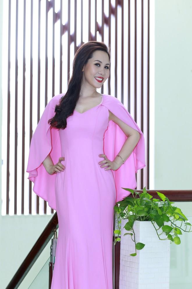 Kim Chi quan niệm không phải cứ mặc hở hang, thiếu vải mới quyến rũ. Thay vào đó việc lựa chọn những trang phục phù hợp, tôn lên vóc dáng, làn da cũng như cá tính của mình tự nhiên sẽ khiến người mặc trở nên quyến rũ.