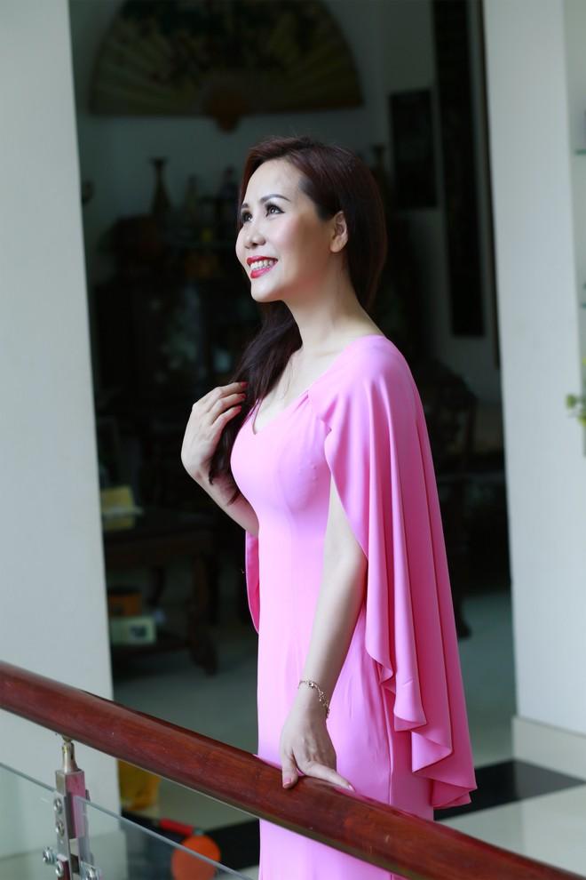 """Tự nhận mình là người ít chăm sóc vẻ đẹp của bản thân nhưng """"Nữ hoàng doanh nhân"""" Kim Chi vẫn luôn giữ được sắc vóc ngọt ngào, quyến rũ được nhiều người ngưỡng mộ."""