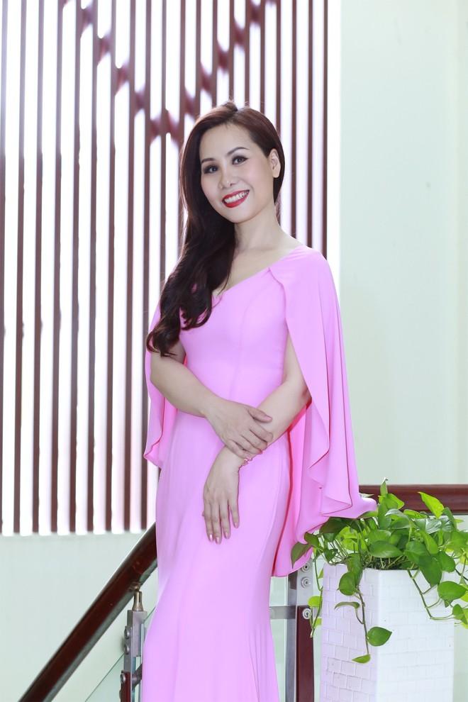 """Được mệnh danh là người đẹp tri thức nên """"Nữ hoàng doanh nhân"""" Kim Chi chia sẻ, chị rất cẩn trọng trong việc lựa chọn trang phục khi xuất hiện ở bất cứ đâu. Kim Chi được nhiều người mến mộ không chỉ bởi trong phong cách ăn mặc có """"gu"""" riêng, mà còn bởi lối sống giản dị, chân thành và tính cách cởi mở."""