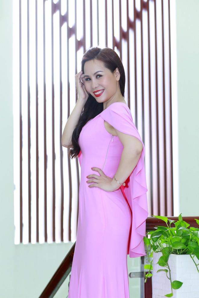 """Với nhan sắc mặn mà cùng phong cách thời trang thanh lịch, đơn giản nhưng sang trọng, """"Nữ hoàng doanh nhân"""" Kim Chi đã tạo nên cho mình một vẻ đẹp """"quyền lực mềm"""" vô cùng tao nhã. Phong cách ăn mặc đặc trưng của Kim Chi là kín đáo, không quá phô trương nhưng vẫn tôn lên vẻ đẹp rạng rỡ thanh lịch."""