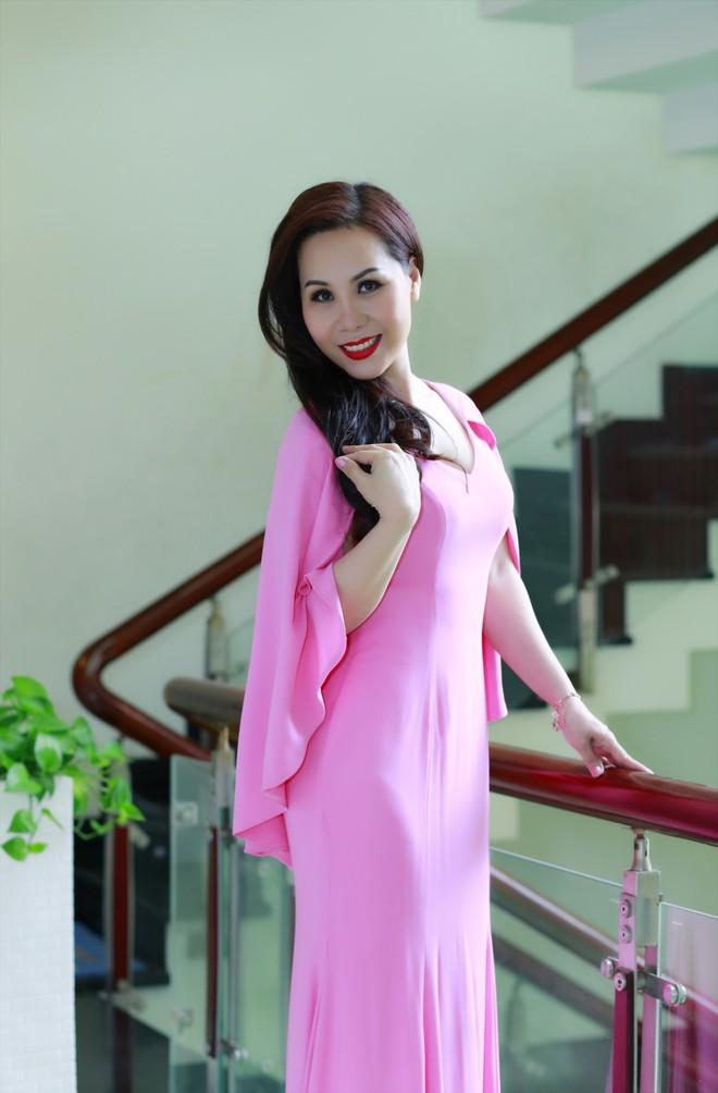 Kim Chi thổ lộ chị cũng rất hiếm khi mặc những trang phục in họa tiết cầu kỳ. Thay vào đó, chị chọn trung thành với những mẫu trang phục có màu sắc đơn giản, đơn sắc nhưng vẫn sang trọng và đẳng cấp.
