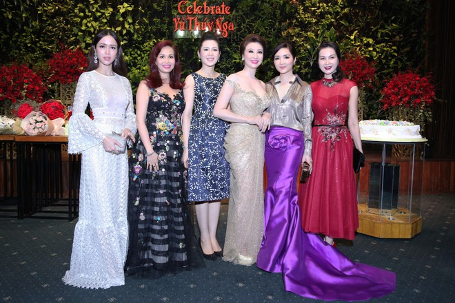 Hoa hậu Diệu Hoa (thứ 2 từ trái sang) cùng dàn người đẹp đến tham dự bữa tiệc tri ân