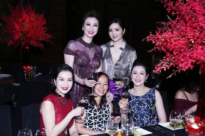 MC Thanh Mai, Hoa hậu Giáng My cùng rất đông bạn bè trong giới doanh nhân và nghệ thuật đến chúc mừng Vũ Thúy Nga