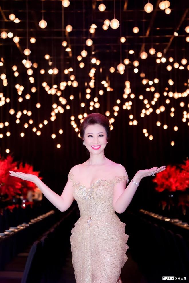 Giáng My trổ tài sáng tác thơ tặng Hoa hậu Vũ Thúy Nga