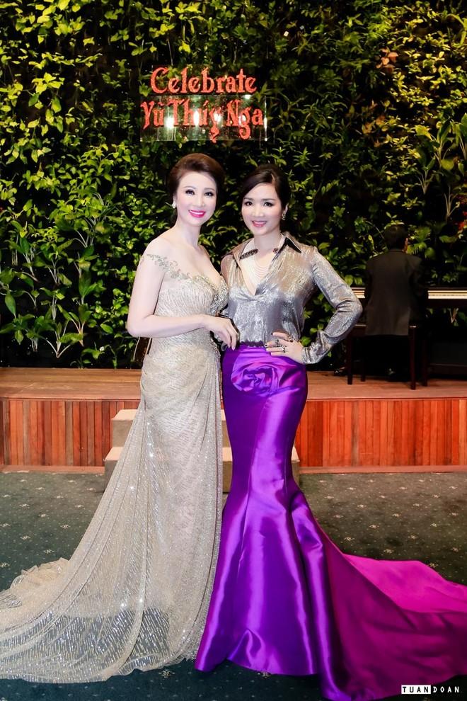 Hoa hậu Giáng My đến chia vui với doanh nhân Vũ Thúy Nga