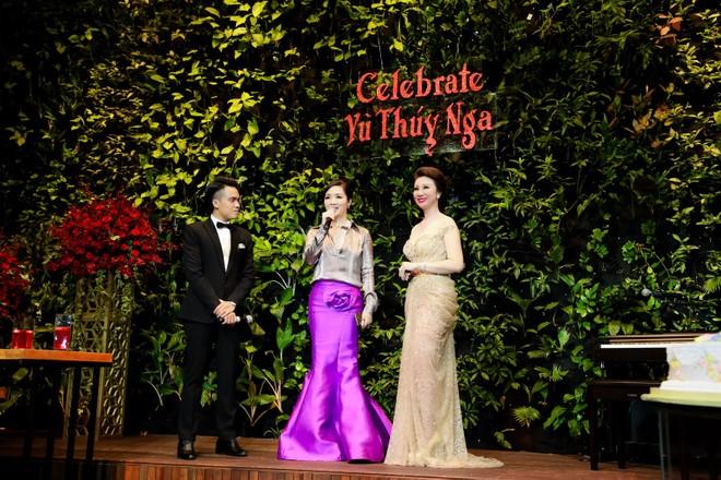 Tại buổi tiệc Hoa hậu Đền Hùng Giáng My đã đọc thơ với bài thơ mà người đẹp không tuổi này tự sáng tác tặng riêng Hoa hậu Vũ Thúy Nga