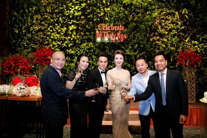 Rất nhiều bạn bè thân thiết đã đến chúc mừng và chia vui cùng Tân Hoa hậu