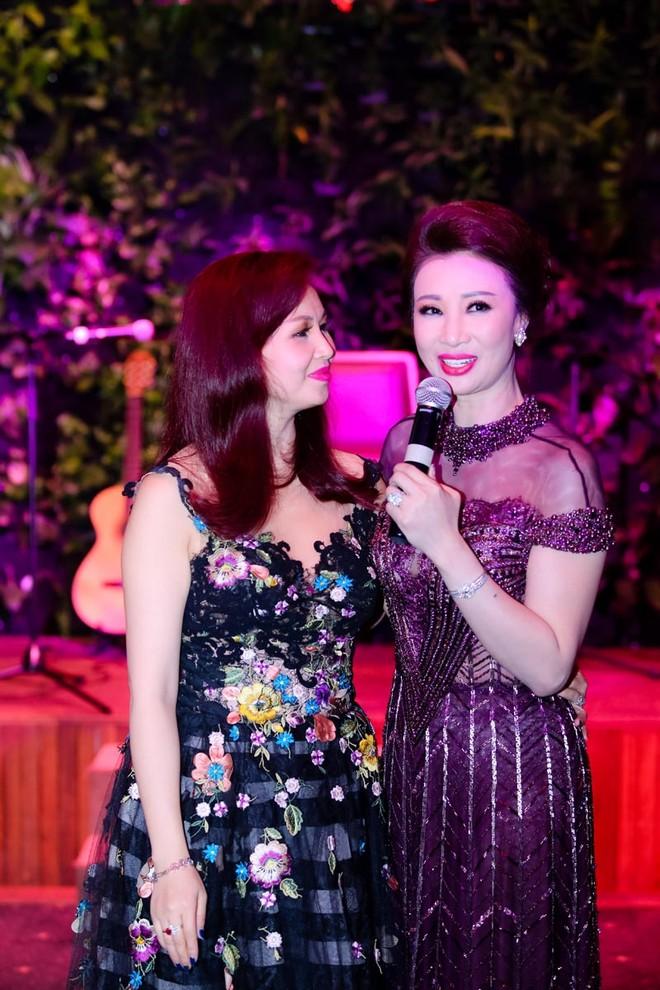 Hoa hậu Nguyễn Diệu Hoa cũng hát tặng Thúy Nga với tất cả tình cảm yêu mến dành cho Tân Hoa hậu Doanh nhân