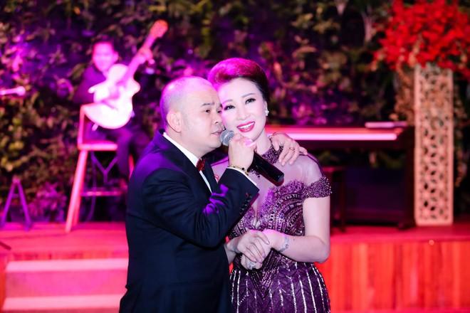 Doanh nhân Dương Quốc Nam, chủ thương hiệu Phố Xinh, Con Gà Trống vì quá phấn khích nên đã hát tặng doanh nhân Vũ Thúy Nga với tất cả tình cảm nồng ấm dành cho chị.
