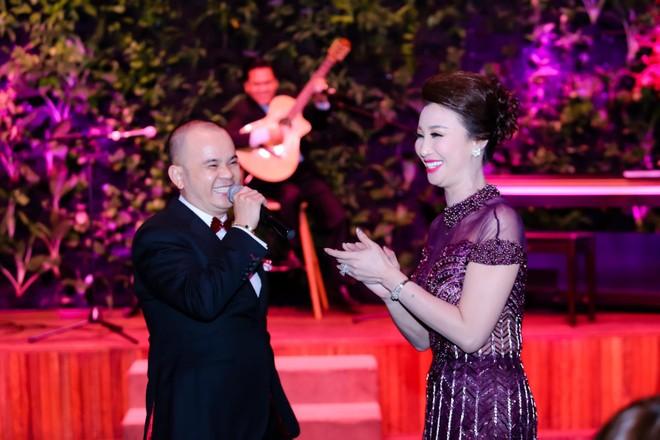 """Anh đã hát tặng Thúy Nga hai bài """"Thương hoài ngàn năm"""" và """"Đêm cuối"""" ngay trên sân khấu khiến cho chủ nhân sự kiện xúc động và nghẹn ngào."""