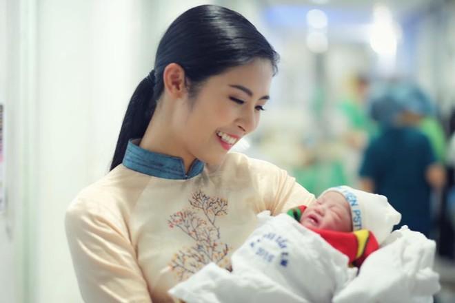 Ngọc Hân làm mẹ đỡ đầu cho con của Hồng Quế