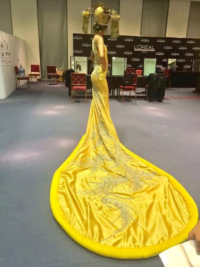 """Nguyễn Oanh gây xôn xao vì mặc """"váy pizza"""" giống ca sĩ Rihana"""