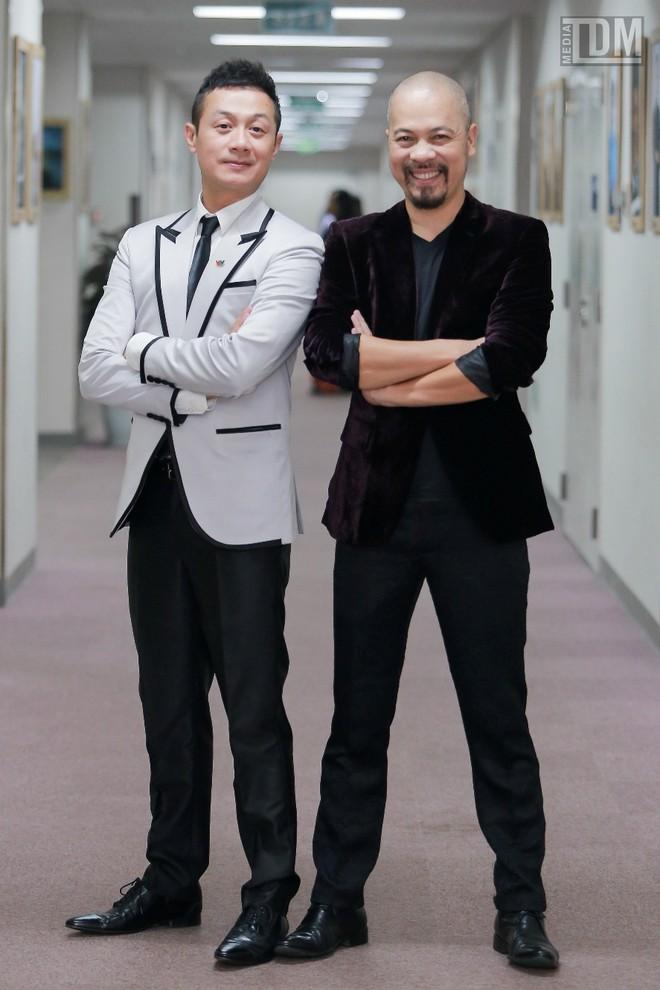 Nhà thiết kế Đức Hùng bảnh bao đọ dáng với MC Anh Tuấn ảnh 9