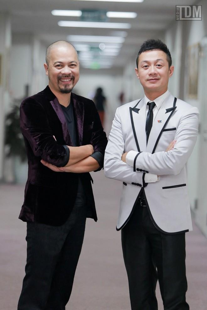 Nhà thiết kế Đức Hùng bảnh bao đọ dáng với MC Anh Tuấn ảnh 8