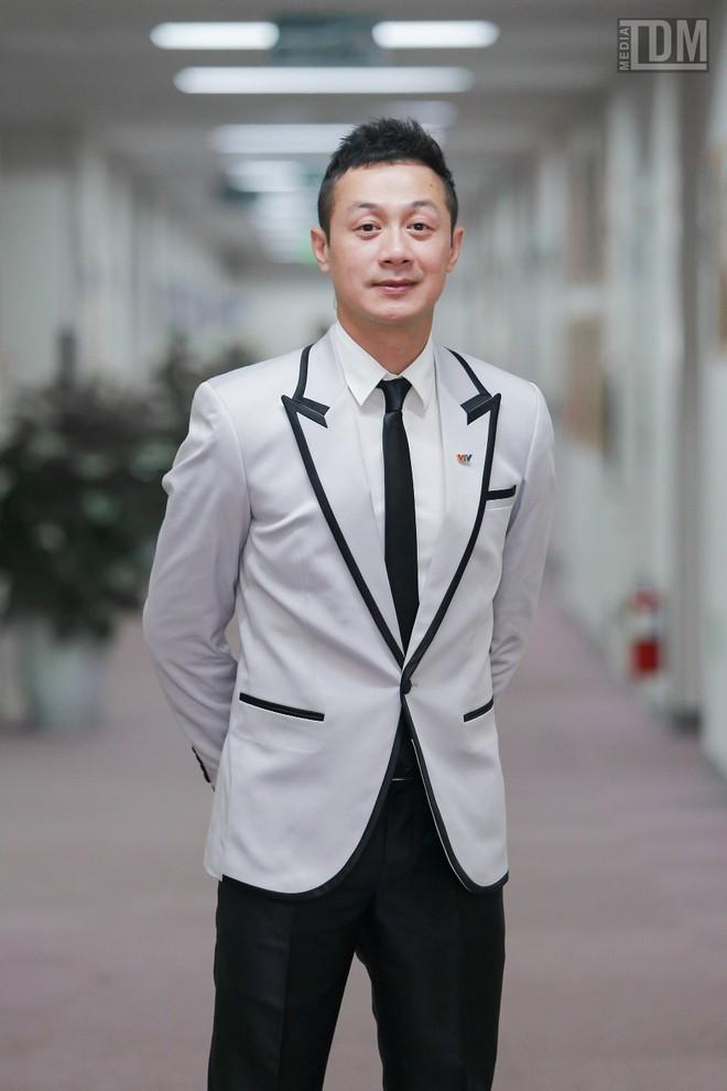 Nhà thiết kế Đức Hùng bảnh bao đọ dáng với MC Anh Tuấn ảnh 7