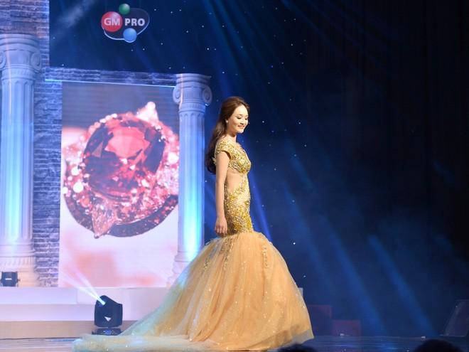 """""""Bản sao"""" của Hoa hậu Giáng My đăng quang sau khi bị xướng nhầm là... Á hoàng! ảnh 13"""