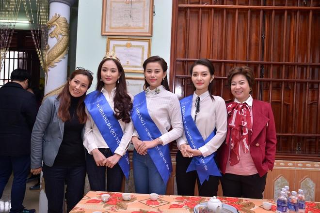 """Top 3 """"Nữ hoàng đá quý Việt Nam 2016"""" đồng hành cùng xạ thủ Hoàng Xuân Vinh"""