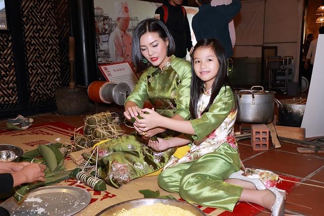 """""""Hoa hậu Noel 1995"""" người đẹp, diễn viên Hoàng Xuân và con gái tham dự đêm hội trong trang phục áo dài của NTK Ngân An"""
