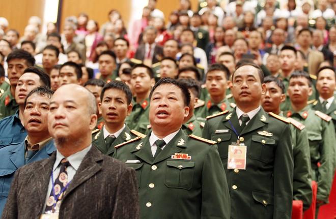 Các đại biểu làm lễ chào cờ tại lễ kỷ niệm 70 năm Ngày toàn quốc kháng chiến