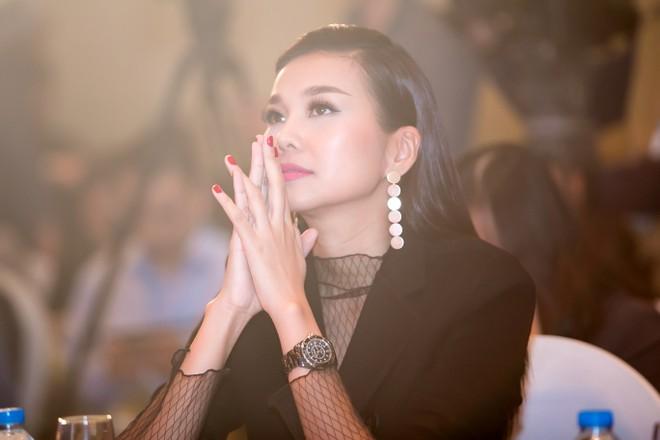 Siêu mẫu Thanh Hằng phủ nhận chuyện bí mật đính hôn