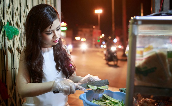 Trước kia khi mẹ còn bán xôi và bánh mì, Dương Hoàng Yến vẫn ra cửa hàng bán phụ mẹ những lúc rảnh rỗi mà không chút ngại ngần. Hiện giờ mẹ cô đã nghỉ việc bán hàng ăn đêm vì sức khỏe không cho phép...