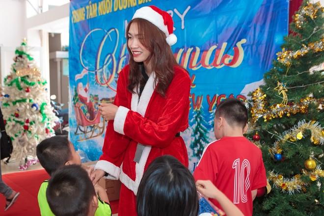 """""""Bà già Noel"""" Nguyễn Oanh mang Giáng sinh ấm áp đến với các em nhỏ bất hạnh"""