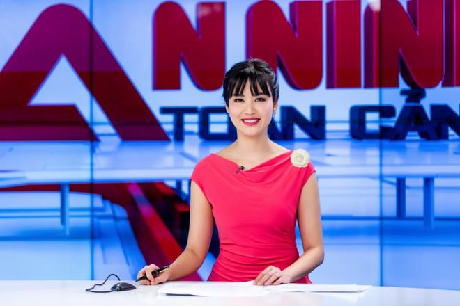 Hoa hậu Thu Thủy đẹp rạng rỡ khi làm MC thời sự ảnh 15