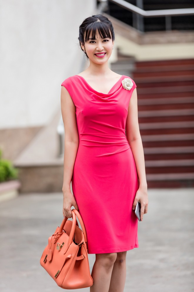 Hoa hậu Thu Thủy đẹp rạng rỡ khi làm MC thời sự