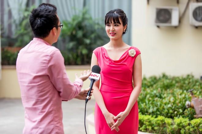 Hoa hậu Thu Thủy đẹp rạng rỡ khi làm MC thời sự ảnh 4