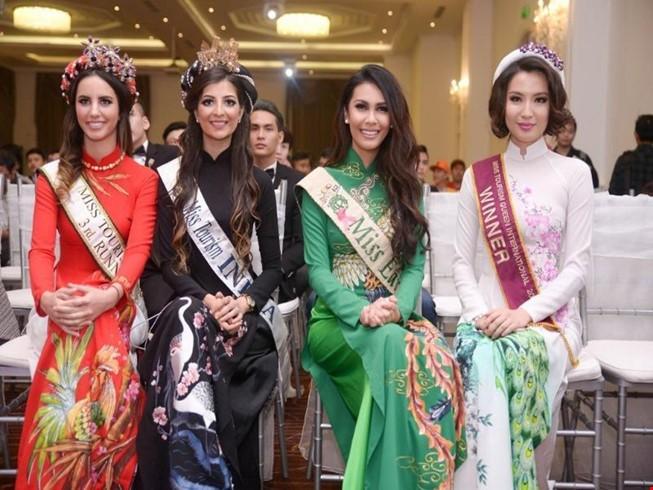Các người đẹp quốc tế đep dịu dàng trong trang phục áo dài truyền thống của Việt Nam