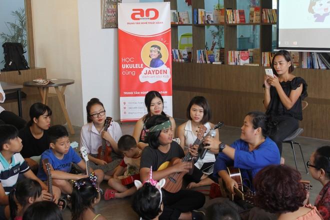Jayden Trịnh cùng mẹ (áo xanh) chia sẻ về việc học đàn Ukulele với các học viên Trung tâm Nghệ thuật Adam