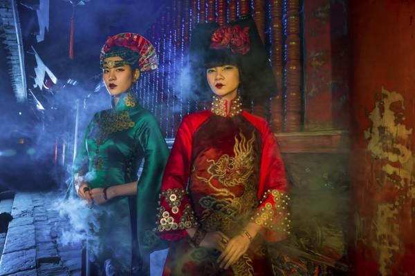 Hạ Vy và Hà Phương xuất hiện với vẻ đẹp quyến rũ huyền ảo trong trang phục áo dài lấy cảm hứng từ nghi lễ hầu đồng