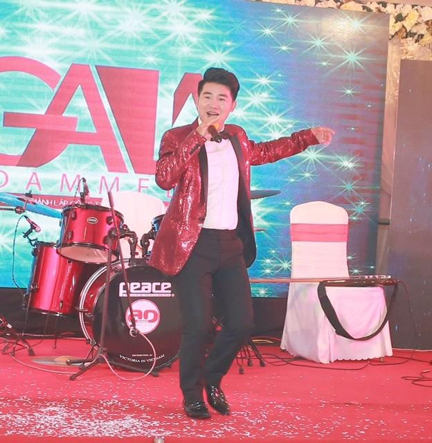 """Nam ca sĩ Việt Tú xuất hiện trong bộ vest đỏ ấn tượng, bắt mắt. Anh hát rất """"phiêu"""" trên sân khấu."""