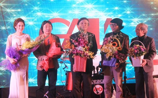 Ca sĩ Đặng Hồng Nhung cùng cá nhạc sĩ Tuấn Nghĩa, Hoàng Lân, Lê Minh và Phan Trần Bảng.