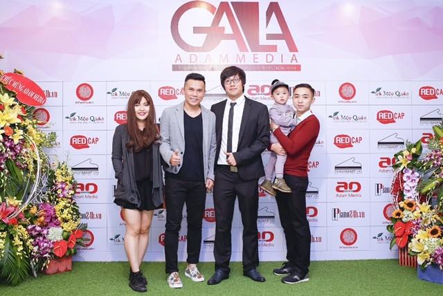 Về phía ca sĩ Lam Trang, sau khi sinh con nhỏ, cô ít xuất hiện hơn. Cô chỉ tháp tùng chồng khi anh đến những sự kiện của bạn bè thân mật. Mới đây, ca sĩ – nhạc sĩ Tú Dưa đã đưa không chỉ vợ mà cả con trai Su Su đến dự Gala kỷ niệm 8 năm thành lập của Adam Media.