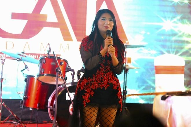 """Tham dự sự kiện còn có nữ ca sĩ Triệu Trang – người được gọi là """"con ong chăm chỉ"""" của làng showbiz Việt với 25 album đã phát hành đến hát chúc mừng."""