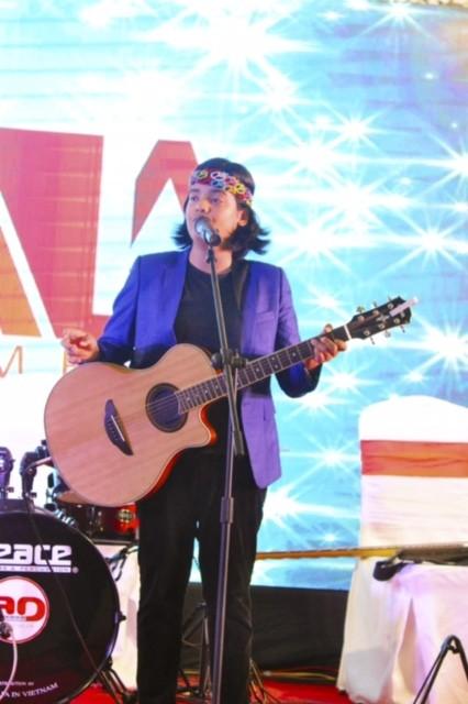 """""""Thần đồng âm nhạc"""" Jayden Trịnh hát và tự chơi đàn đệm. Cậu bé 13 tuổi lọt vào Top 4 Vietnam Idol Kids này là học viên của Trung tâm Nghệ thuật Adam – một thành viên của Adam Media."""