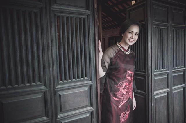  NSND Lan Hương đẹp quý phái trong tà áo dài đón Xuân