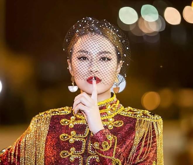  Hoàng Thùy Linh xuất hiện đầy khác lạ, quyến rũ và quyền uy như nữ hoàng  ảnh 2