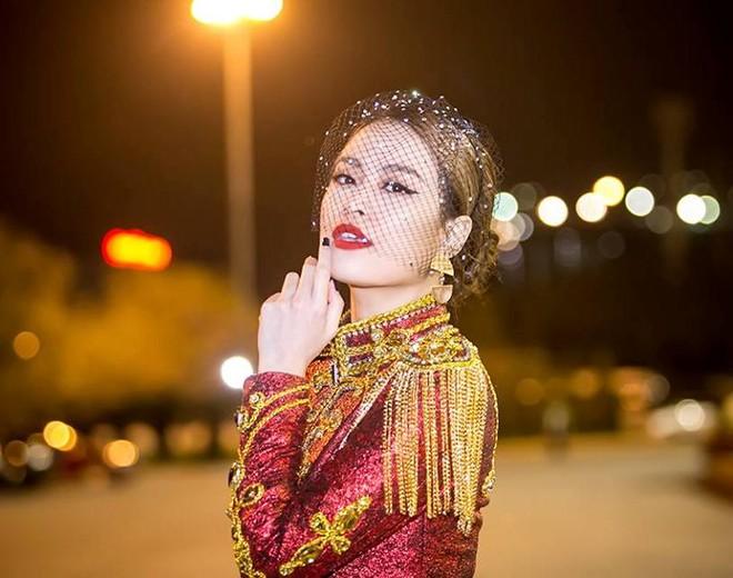  Hoàng Thùy Linh xuất hiện đầy khác lạ, quyến rũ và quyền uy như nữ hoàng  ảnh 5