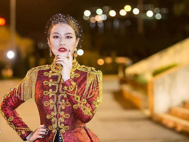  Hoàng Thùy Linh xuất hiện đầy khác lạ, quyến rũ và quyền uy như nữ hoàng  ảnh 4