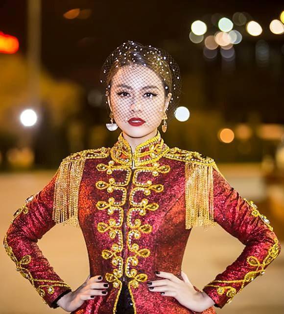 Hoàng Thùy Linh xuất hiện đầy khác lạ, quyến rũ và quyền uy như nữ hoàng  ảnh 3