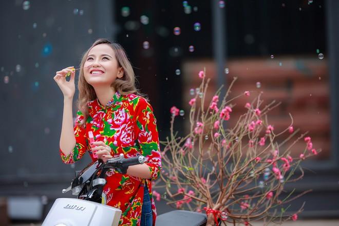""" """"Hoa hậu The Face"""" Khánh Ngân đẹp ngẩn ngơ trong tiết Xuân Hà Nội"""
