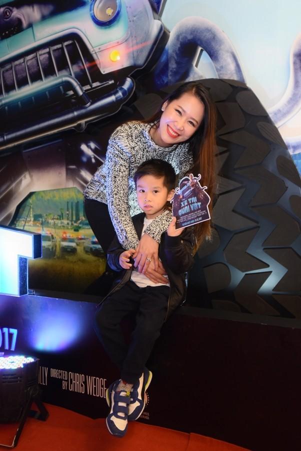 """Dương Thùy Linh cùng chồng con đi xem """"Xe tải quái vật"""" ảnh 4"""